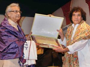 pt-kartik-kumar-the-seniormost-disciple-of-sitar-maestro-pt-ravi-shankar-being-felicitated-by-ustad-zakir-hussain-14845700300239